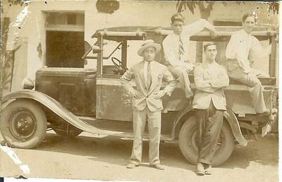 1930s- Saurimo Samokinda ( gravata ás riscas) e amigos