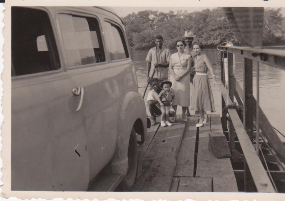 Familia Veiga na jangada do Rio Luembe com o Prefect.