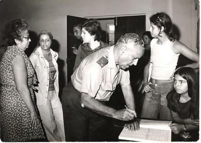 """Casal Viegas e filha """"Cenoura"""", General, Celeste Pedro Alves e Leonor Mello-Breyner. General assina Livro de Honra"""