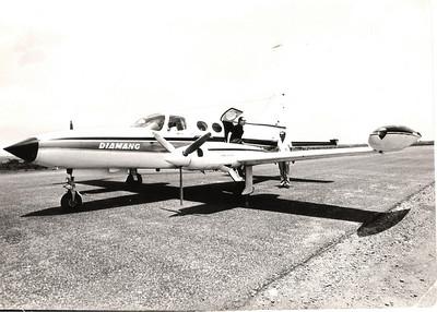 Chegada do Governador Geral ao Aérodromo do Dundo no Cessna.   Jorge Viegas a salutá-lo