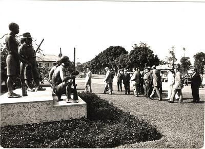 A comitiva passando em frente à estátua de Ernesto Vilhena,   a caminho do Museu em visita formal