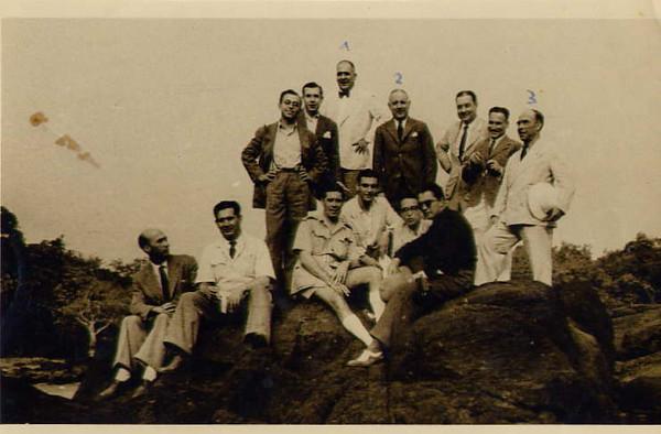 1946/47 - À esquerda, Manuel Valente; legendados: (1) Tavares Paulo- Director-Geral da Diamang, (2) Cid Perestrelo, professor catedrático, (3) Major Baltazar, Director da DTA; não legendados: comandante do Dragon (Branco), radiotelegrafista, alunos do IST e alguns engenheiros da Diamang.
