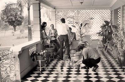Andrada Casa das Visitas - 1970  Vanda Teixeira, Luisa Aragao e Brito, Janeca, João Arruda (de costas), de frente Zé João Mendonça e Zé João Rocha Afonso a brincar com o Zanzan
