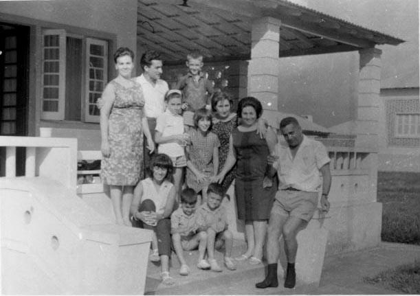 Três Famílias: I-Ricardo, Glória, Bety e Bebé II-João Ricardo, esposa e 2 filhos III-Teresa Adalberto, Zelinha e Beka ( O Adalberto é o fotógrafo) Tirada em Andrada numa casa em frente ás oficinas