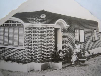 "Andrada, estas casas eram as chamadas ""casas de rede"",  ficavam junto á casa de pessoal. Familia Beato:  Hortense Beato e as filhas Teresa Beato e Ruth"