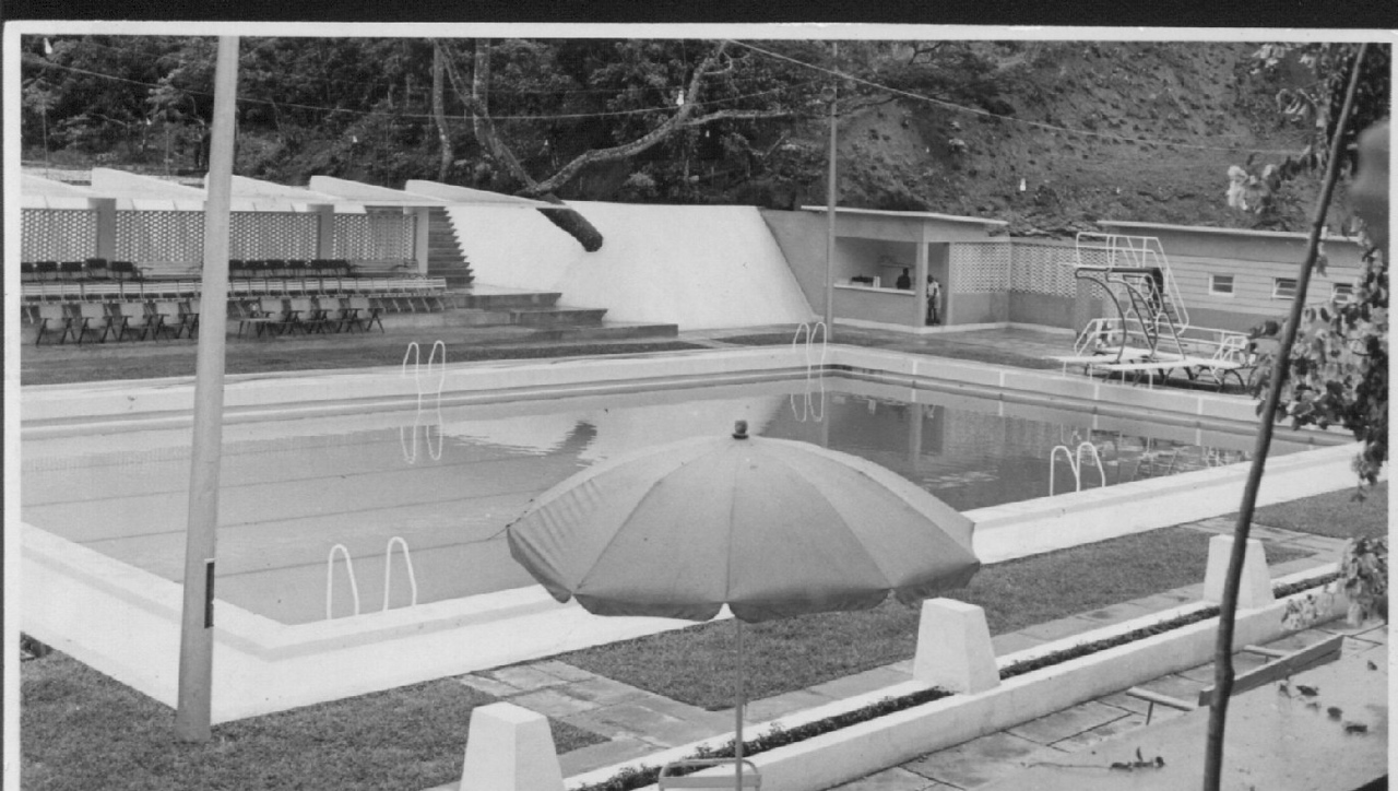 Piscina de Andrada - terraco com guarda-sois