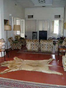 A sala de estar do lado sul. Essa pele era de uma leoa que decidiu lançar o pânico no Dundo. Foi morta e a pele oferecida ao Governador, que a mandou colocar aqui.
