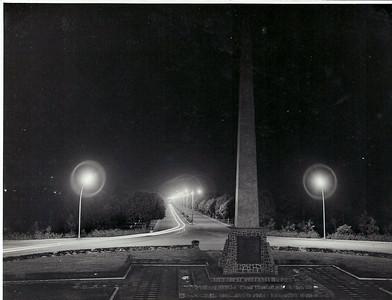 """Inauguração da iluminação pública, que veio substituir o """"prato"""" com uma lampada que geralmente havia em cada cruzamento. As ruas ainda não estavam alcatroadas."""