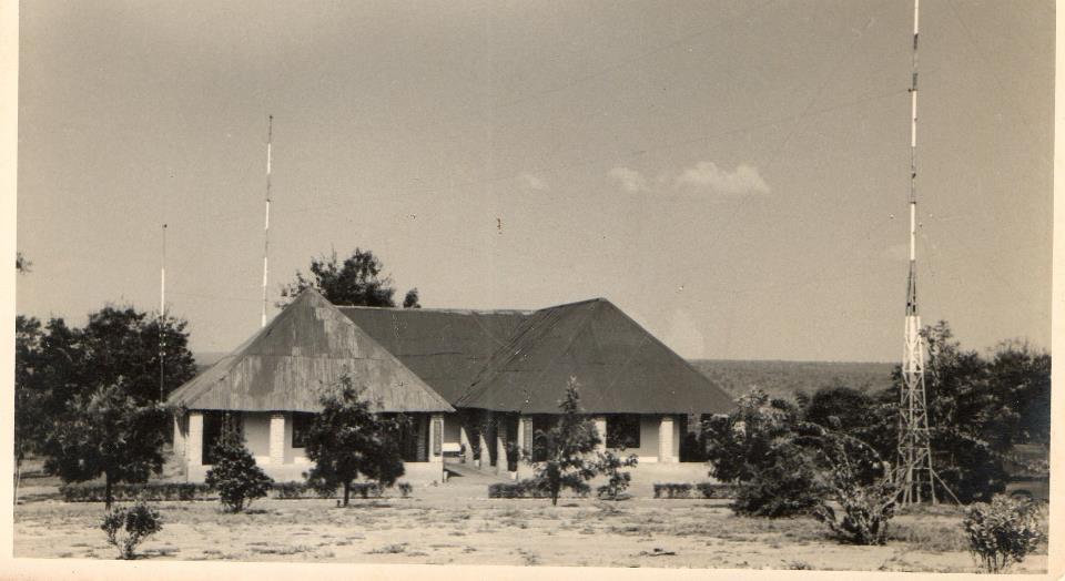 A Emissora da C.A.D., no Dundo (CRGRG) Esta emissora ficava à esquerda da aldeia dos macacos precisamente e mais concretamente, onde fizeram as casas do Fontinhas do Museu, do Carlos e da Milú, depois de terem mandado isto abaixo