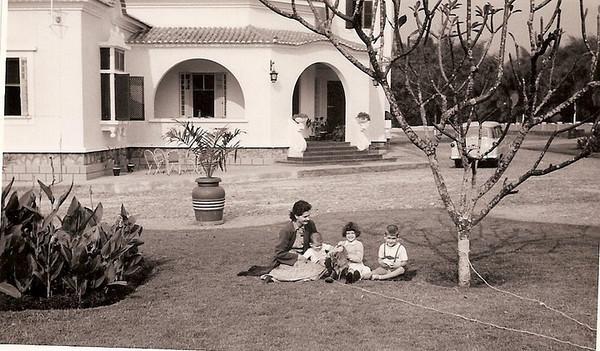 Chitato, casa do Administrador Maria Joana Almeida Santos, e filhos Jorge, Gininha (com o bambi ao colo), e  Mário José.