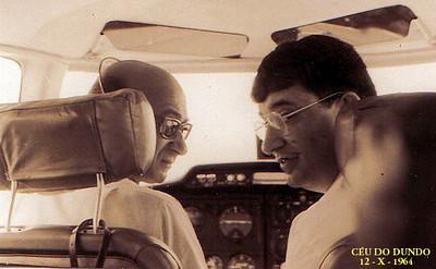 1964 - Piloto Valente e Luna de Carvalho sobrevoando e fotografando o Dundo