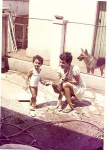 Joao e mae Luz Moreira Duarte  com macaco e cao