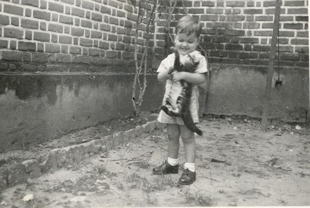 """Jorge """"Vitor Santos"""" com um gato no quintal. (Gato sofre p'ra caraças!)"""