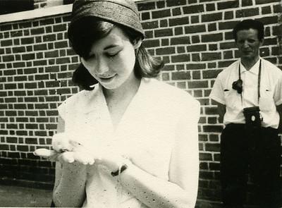 Cacanda -1965 Isabel Dyson com pintainho e  sr. Nicola