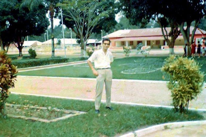 Manuel de Oliveira Simões em frente à Casa do Pessoal de Cassanguidi