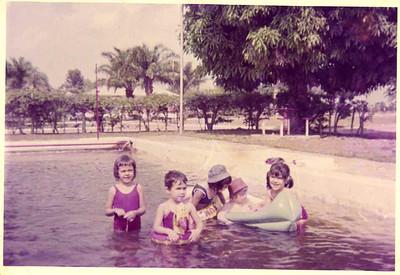 """""""Piscina do Cassanguidi"""" Fernanda e Lena Simões e amigas"""