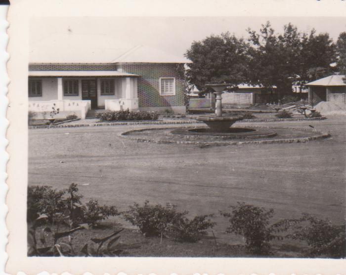 Luxilo - casa da familia Mario Veiga nos anos 50s em frente a' casa do Patrone