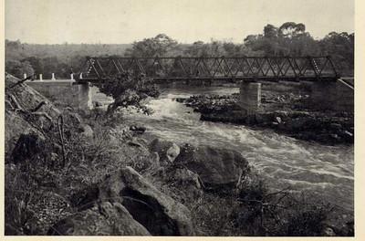 Ponte metalica sobre o Luachimo ligando Camissombo e Sombo
