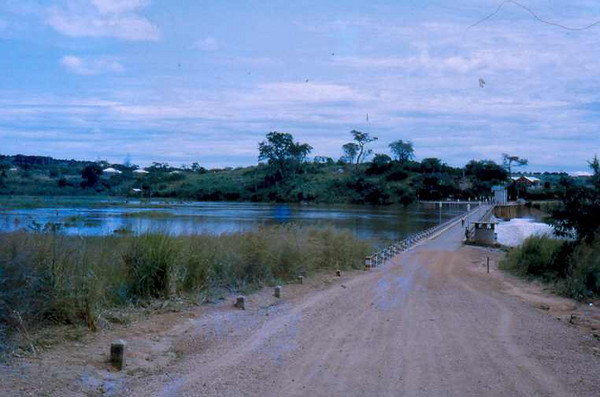 Luachimo,  estrada Dundo - Andrada, saindo da barragem.