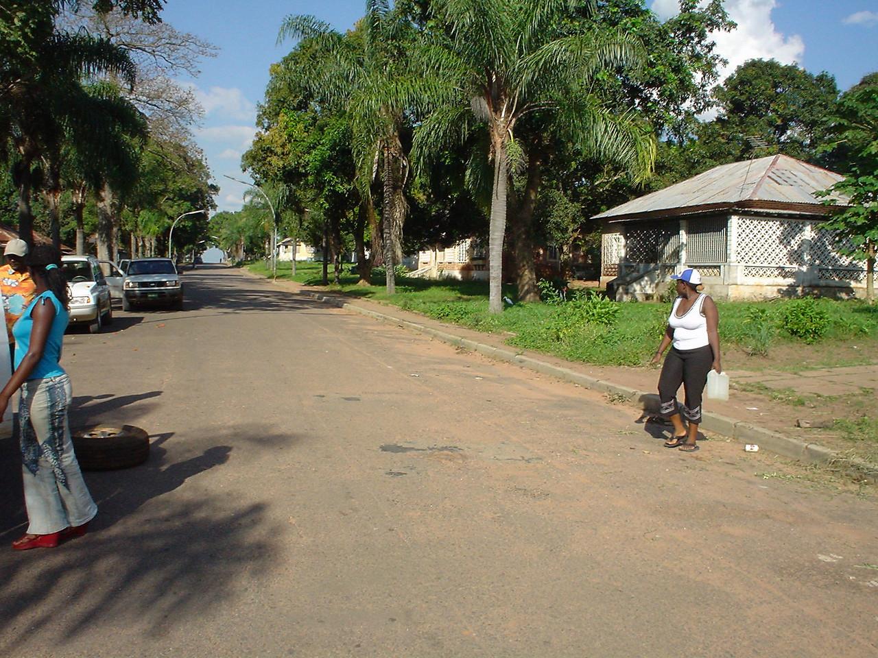 Rua que vai dar aos antigos escritórios da Diamang