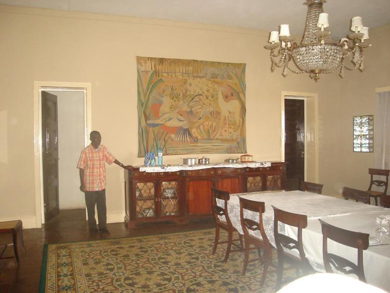 Pormenor da sala de jantar e o Sr. Rodrigues as fundo