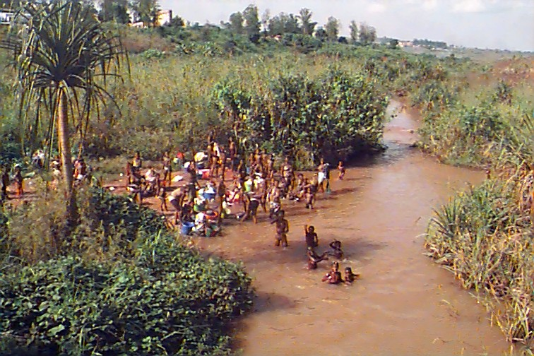 Lavando-se no rio