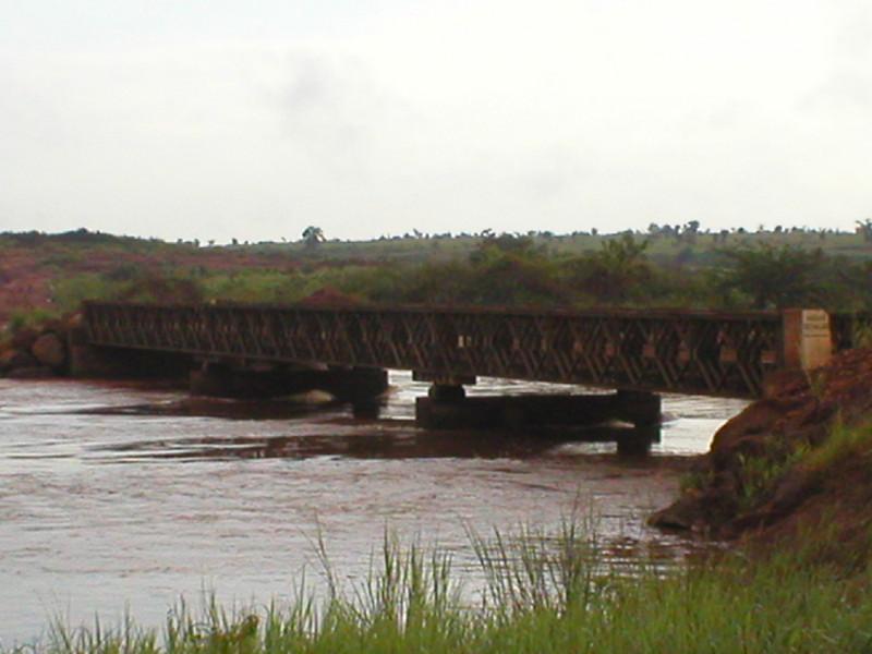 Ponte movel sobre o Luembe
