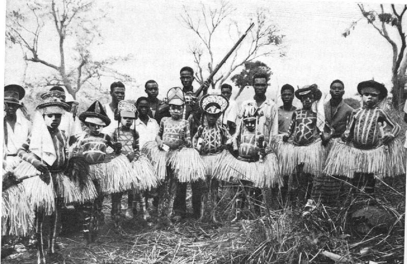 Grupo de circuncisados  tundandji sing kandandji da aldeia de Samuhunga a 16 Klm este do Dundo