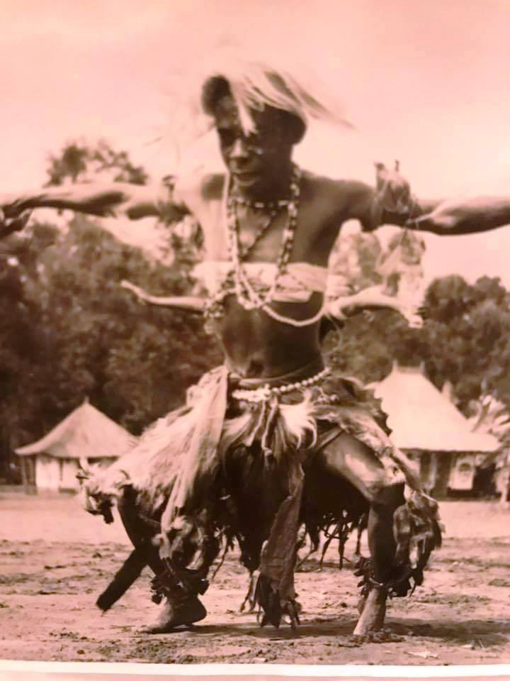 Um dançarino na dança do milhafre
