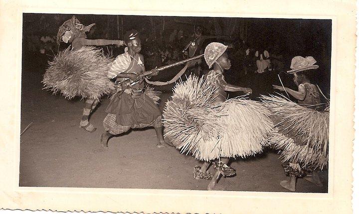 Dundo 1953 - aldeia do Museu Visita de Sua Excelência o Presidente da República, Craveiro Lopes. Batuque, organizado pela Diamang