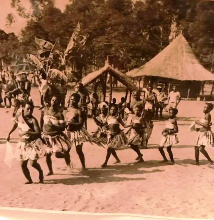 Um grupo de raparigas na dança do lenço
