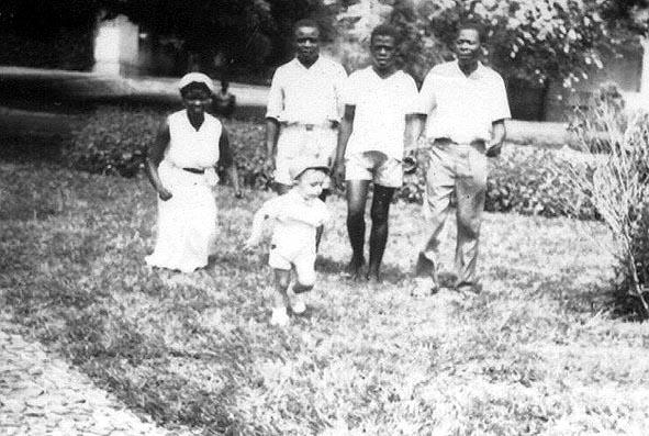 David e empregados domesticos: Elisa, o Darika, o Dominique, e o Gunza