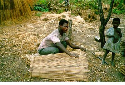 Artesao da LUARTE a preparar armadilha para peixes Reserva Mussangueji 98