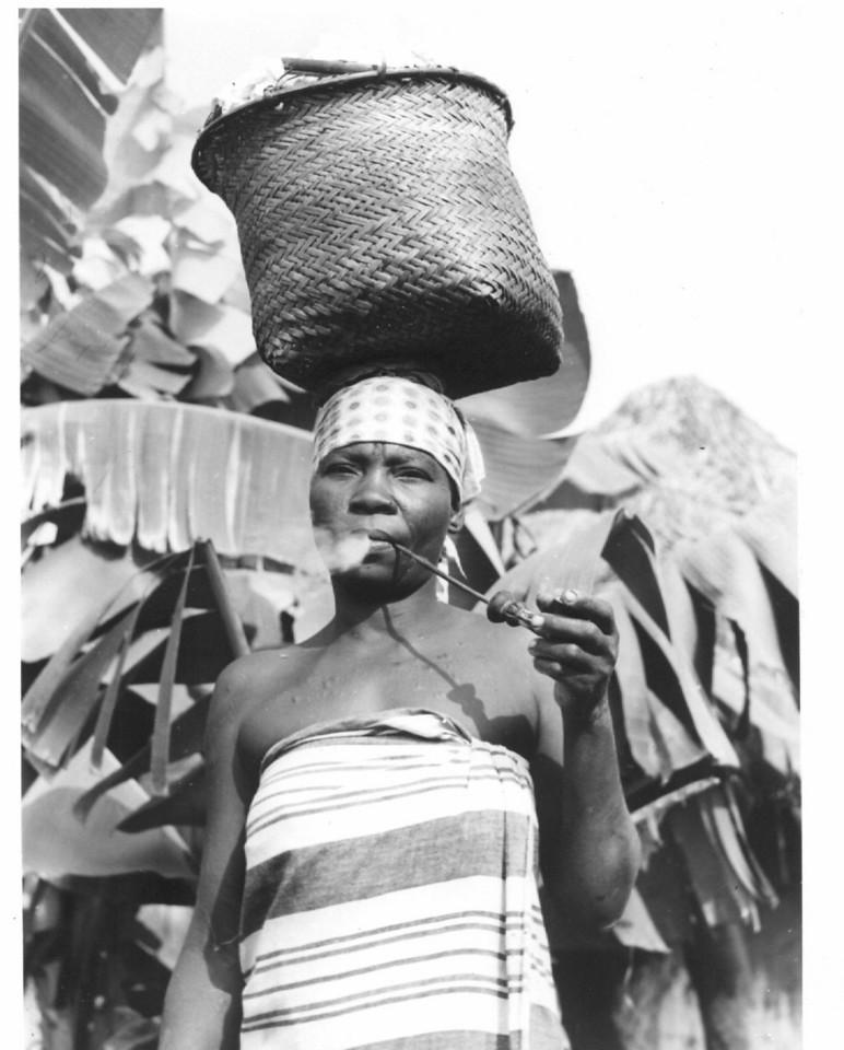 Mulher na lavra fumando