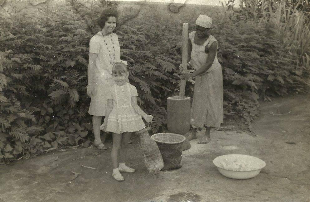 1963, Andrada (aldeia indígena) - Senhora a fazer fuba