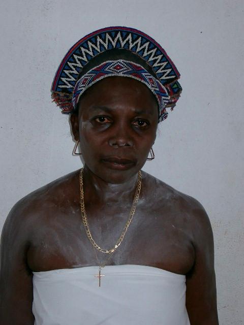 Rainha do Nzaji com a coroa ornamentada com missangas