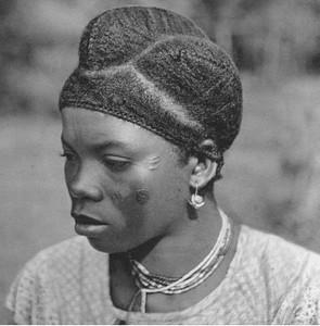 mulher quioca ostentando penteado caracteristico