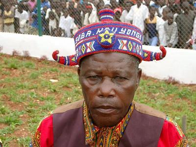Soba Kau Songo Nzaji exibindo o gorro com seu nome