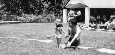 Piscina do Dundo,1962 Manuel Simões e filha, Lena Simões