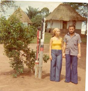 Isabel Medeiros e marido na aldeia do Museu do Dundo