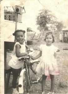 """Lucapa Nina """"Tiberio"""" e Teresa Coelho ao lado da casa onde a familia Tiberio morava, o armazém ficava logo ao lado"""