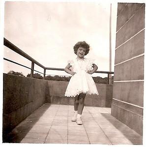 1954 -Gininha Almeida Santos na varanda superior da Casa do Pessoal do Dundo