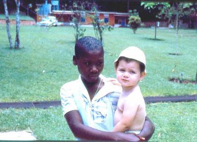 Dundo, Mussungue - Estação de tratamento de água (fundo) e (?) e Sandra Seixas