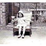 Isabel Ermida num quintal em Andrada