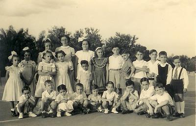 Dundo (1952,3,4, ?)  Isa Rosendo de fita no cabelo, 2º de cócoras é o João Dyson