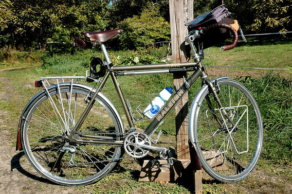 Matching leather saddle, saddlebag, handlebar tape, and mudflaps