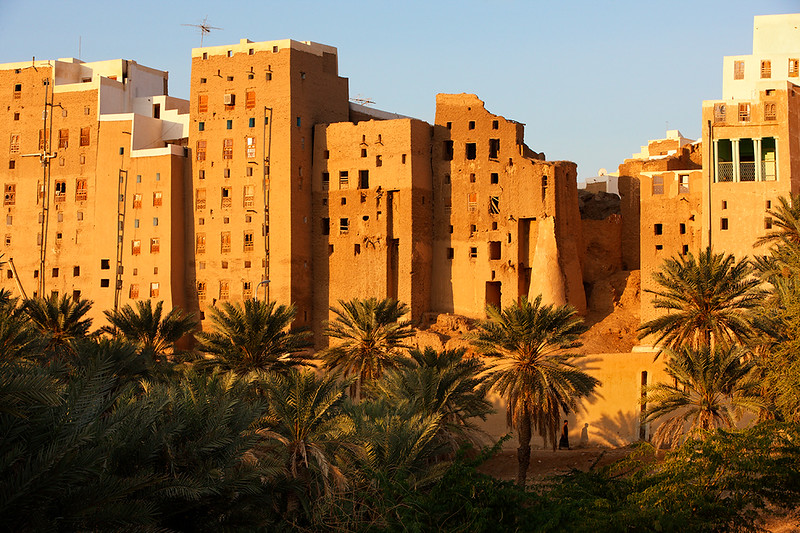 Walls and skyscrapers of Shibam seen from outside in the morning sun.