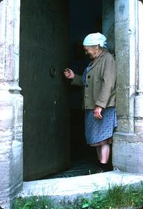 Frau Schober bei der Kirche St. Johann