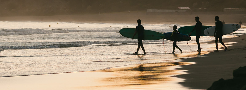 Surfers bajando al mar