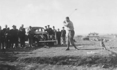 Vígsluhögg á gamla golfvellinum. Helgi Eiríksson slær - 1. ágúst 1938